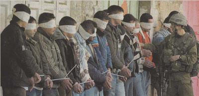 Soldado cuenta unas personas con los ojos vendados. Publicada en El País.