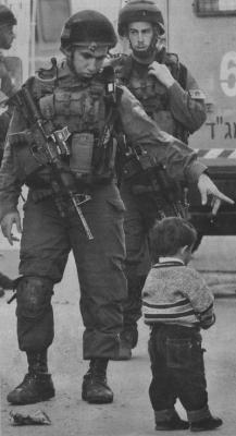 Soldado dándole órdenes a un niño